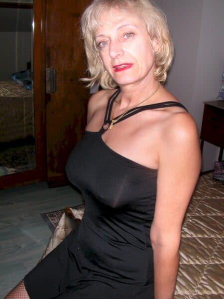 Femme cougar sexy autoritaire pour gars qui se soumet