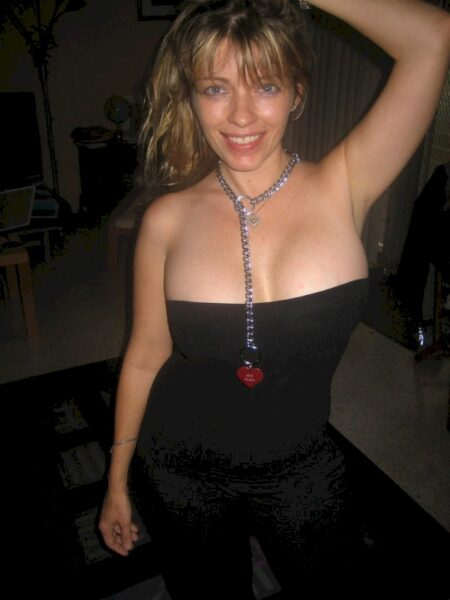Jeune femme coquine domina pour amant soumis
